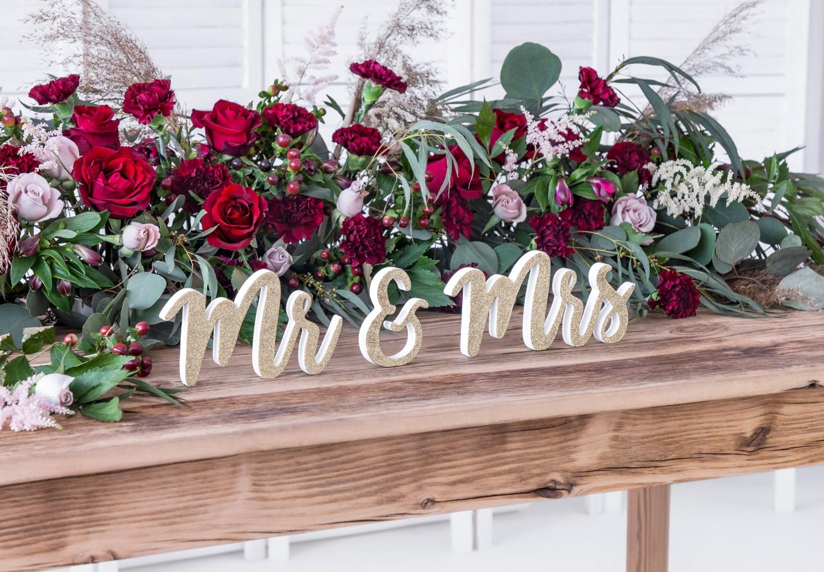 Ξύλινη Eπιγραφή Mr&Mrs Λευκή με Χρυσό Γκλίτερ