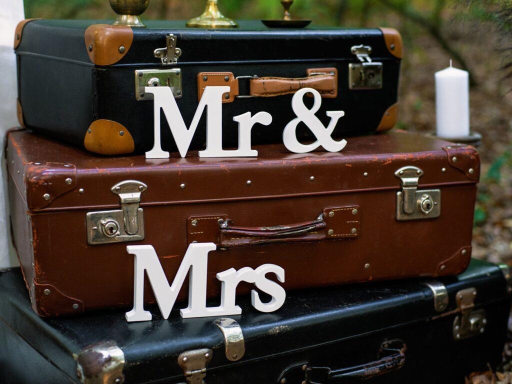 Ξύλινη Eπιγραφή Mr&Mrs Λευκή