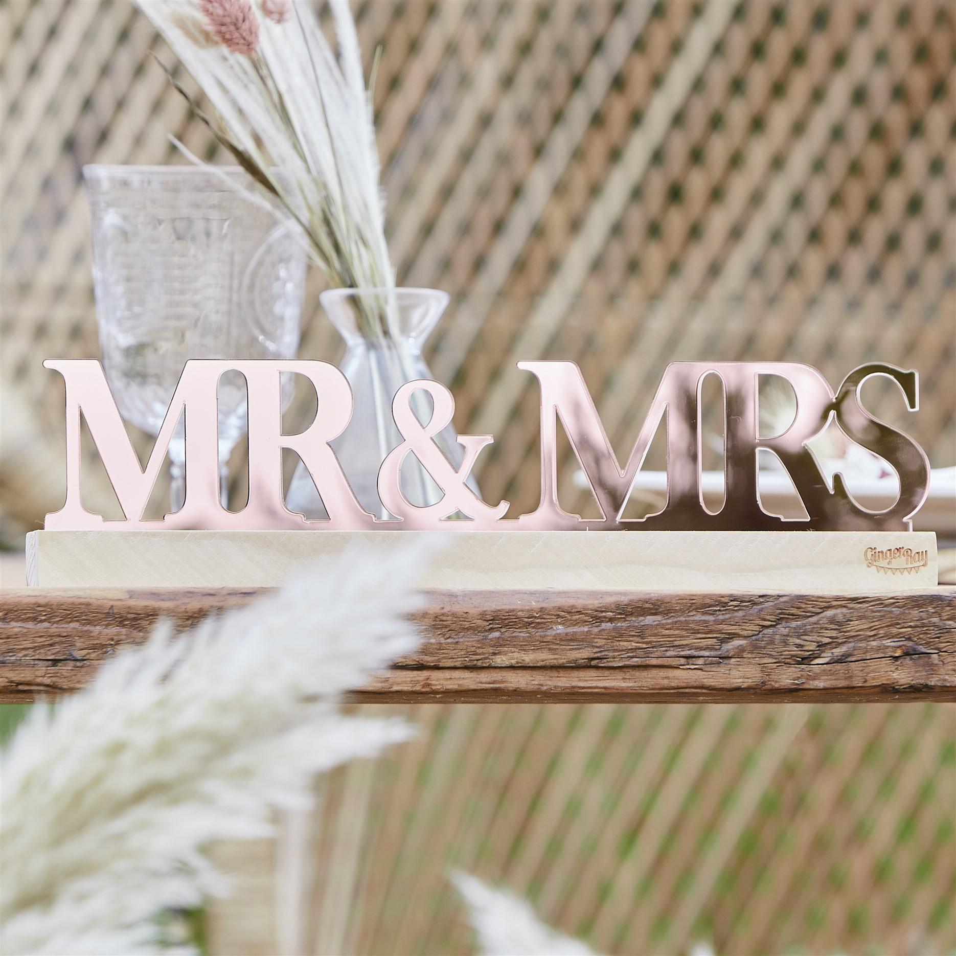 Ακρυλική Επιγραφή Mr & Mrs Ροζ Χρυσή σε Ξύλινη Βάση
